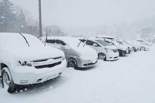 雪でタイヤが空回り!タイヤがはまった時の注意点は?